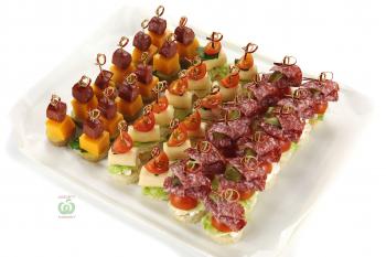 Ассорти колбасно-сырных канапе