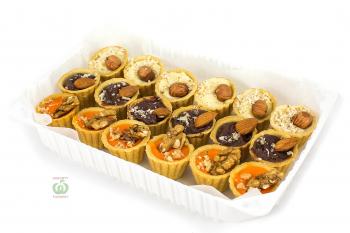 Ассорти тарталеток с шоколадными муссами и орехами