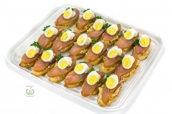 Брускетта с курицей,перепелиным яйцом и крем чиз