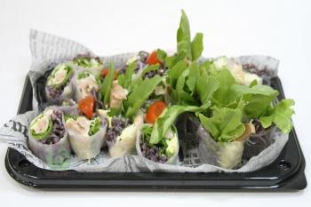 Ролл из маринованной индейки с гречневой лапшой,рукколой и салатом с кунжутным соусом в рисовой бумаге