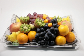 Ассорти СЕЗОННЫХ цельных фруктов и ягод (не менее 5 видов)