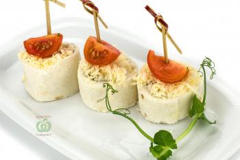 Ролл из сыровяленой куриной грудки с мягким сыром,черри и пармезаном в  мексиканской тартилье