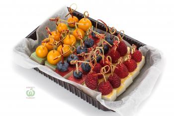 Сырное ассорти с ягодами