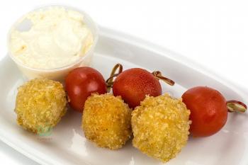 Сырные шарики Халапеньо с черри и сливочным соусом