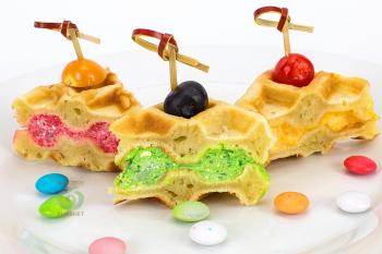 Вафельный сендвич с сырными муссами и ягодами