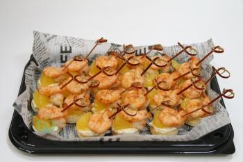 Канапе из глазированной креветки с апельсином и мягким сыром