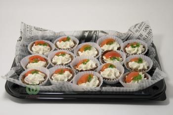 Закуска из томата Черри,сырного крема и семян тыквы в корзинке из ржаного теста