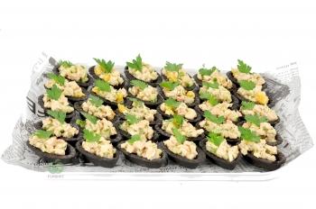Тарталетки с салатом из курицы,орехов,сельдерея и апельсина