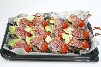Тапас с сальчичоном,оливковым тапенадо и злаковой брускеттой